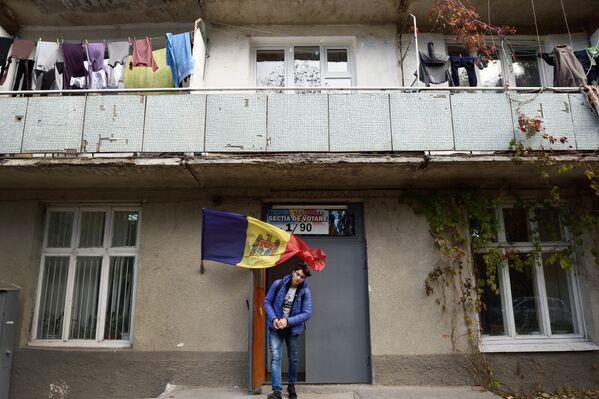 Мужчина выходит из избирательного участка после голосования на президентских выборах в Кишиневе. 30 октября 2016 года