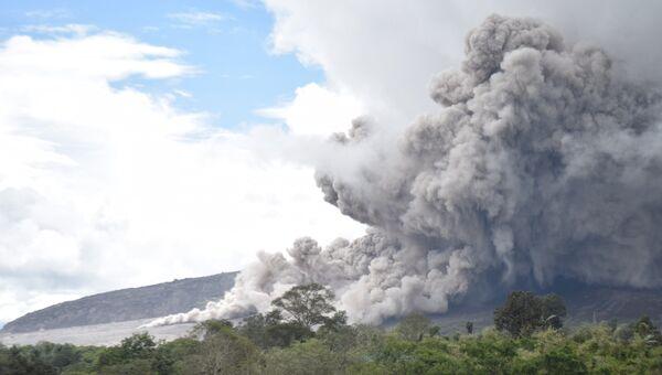 Извержение вулкана Синабунг на острове Суматра в Индонезии. 31 октября 2016