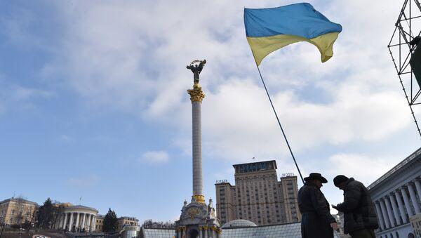 Активисты с украинским флагом на площади Независимости в Киеве. Архивное фото