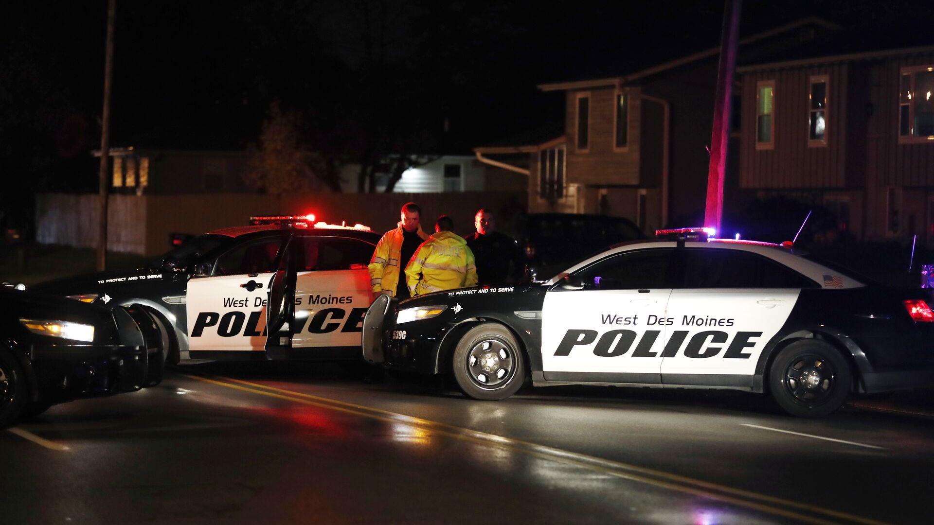 Сотрудники правоохранительных органов на месте нападения на полицейского в штате Айова, США. 2 ноября 2016 - РИА Новости, 1920, 03.03.2021