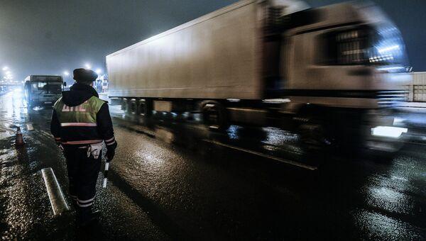 Сотрудник дорожно-патрульной службы дежурит на посту. Архивное фото