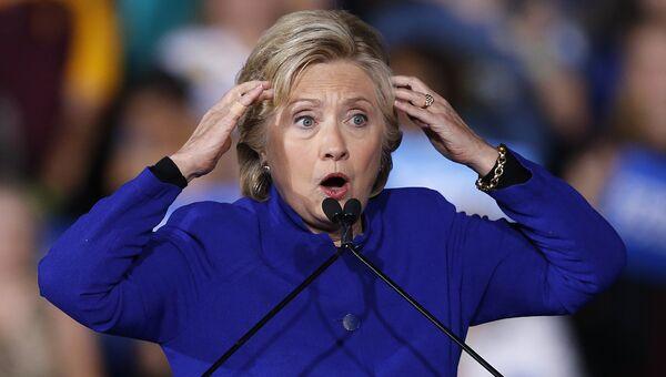 Кандидат в президенты США Хиллари Клинтон во время выступления в городе Темпа, штат Аризона. 2 ноября 2016