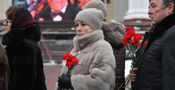 Люди в очереди у театра Российской Армии во время церемонии прощания с актером Владимиром Зельдиным