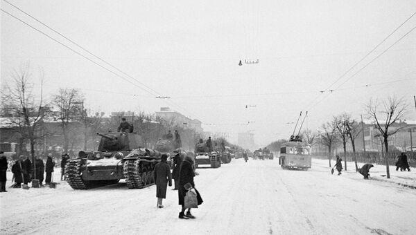 Танки отправляют на фронт после военного парада 7 ноября 1941 года