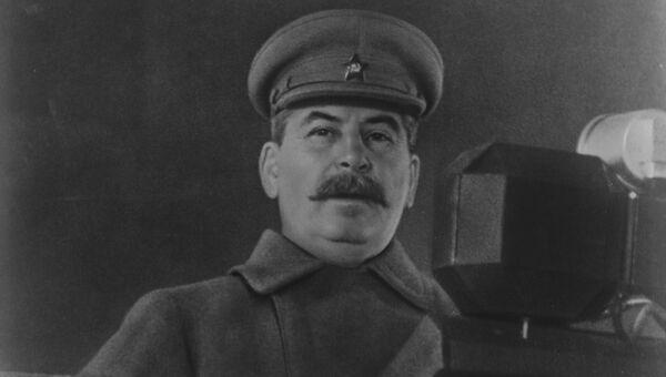 Иосиф Сталин выступает с речью на военном параде на Красной площади 7 ноября 1941 года