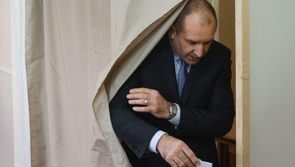 Кандидат в президенты Болгарии Румен Радев на избирательном участке в Софии. Архивное фото