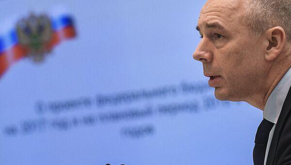 Министр финансов РФ Антон Силуанов выступает на парламентских слушаниях по проекту федерального бюджета в Совете Федерации