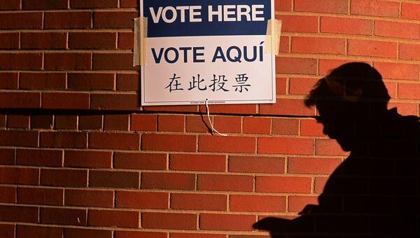 Указатель на избирательный участок в Нью-Йорке, где проходит голосование на выборах президента США