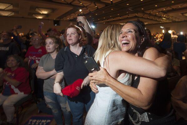 Сторонники кандидата в президенты США Дональда Трампа радуются результатам выборов в Аризоне