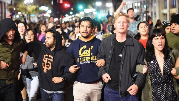 Акция протеста против избранного президента США Дональда Трампа в Окленде