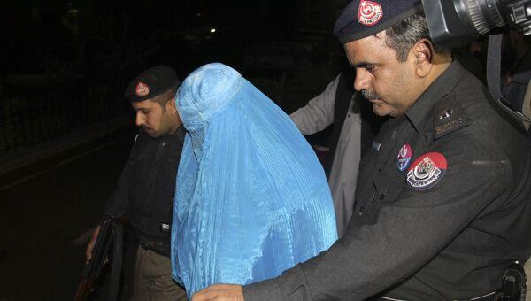 Пакистанские полицейские сопровождают афганку Шарбат Гулу перед ее депортацией в Афганистан. 9 ноября 2016