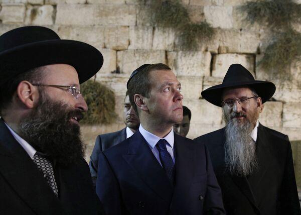 Дмитрий Медведев и главный раввин России Берл Лазар (справа) во время посещения Стены Плача в Иерусалиме. 10 ноября 2016