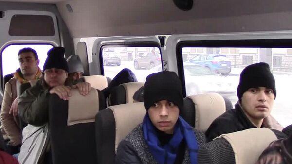 Иностранные граждане в микроавтобусе во время операции по задержанию организаторов незаконного пересечения границы РФ