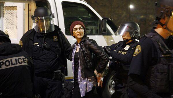 Задержание участницы беспорядков в Портленде. 10 ноября 2016