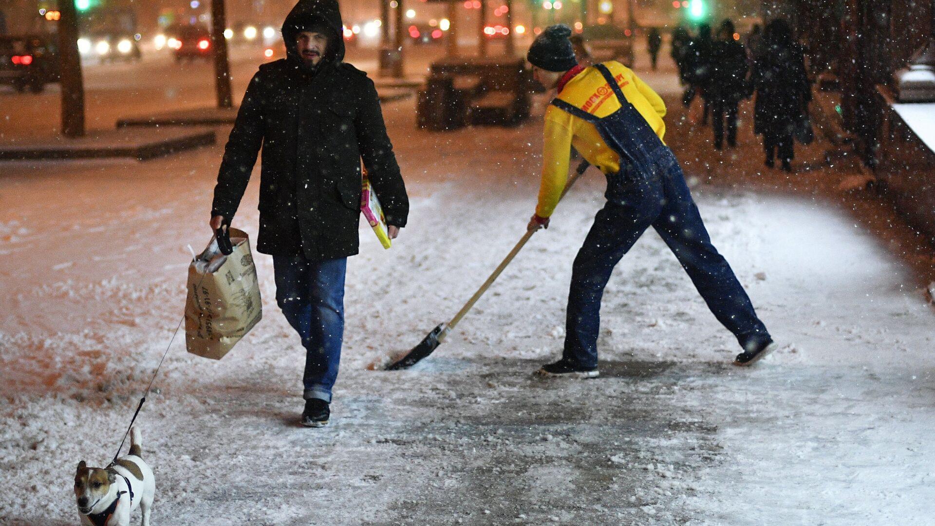 На московских дорогах образовались гололедица и снежные заносы