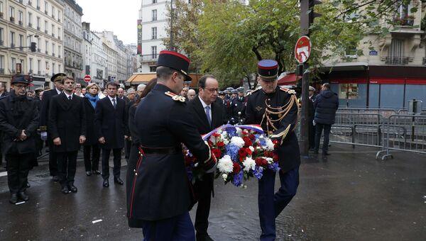 Годовщина терактов во Франции. Президент Франции Франсуа Олланд во время церемонии у кафе La Bonne Biere в Париже