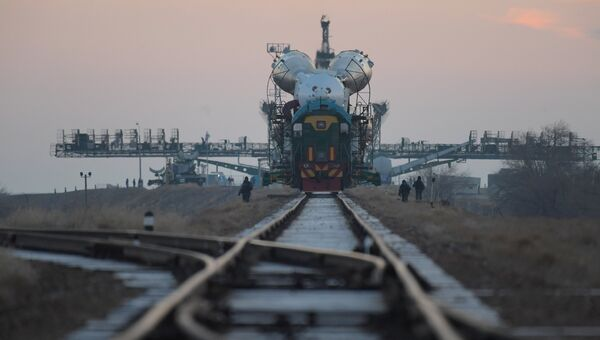Вывоз ракеты-носителя Союз-ФГ с пилотируемым кораблем Союз-МС-03 на стартовую площадку