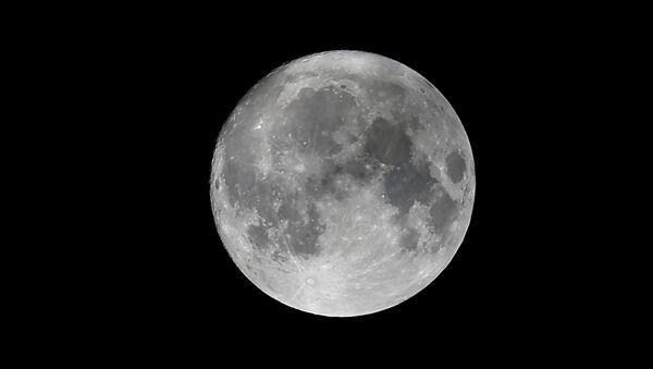 Луна на небе за день до суперлуния в Вене, Австрия. 13 ноября 2016