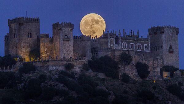 Луна поднимается над замком Альмодовар в Кордове, Испания. 13 ноября 2016
