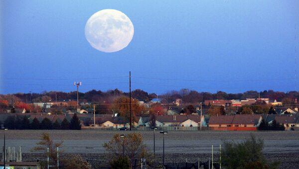 Луна поднимается над Спрингфилд, штат Иллинойс, США. 13 ноября 2016