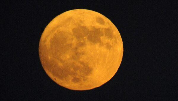 Луна поднимается над долиной Сан-Габриэль, Калифорния, США. 13 ноября 2016