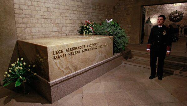 Место захоронения президента Польши Леха Качиньского и его супруги Марии в замке Вавель в Кракове, Польша