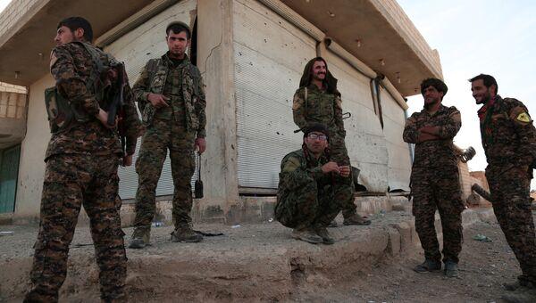 Бойцы Демократических сил Сирии (SDF) в деревне недалеко от Ракки