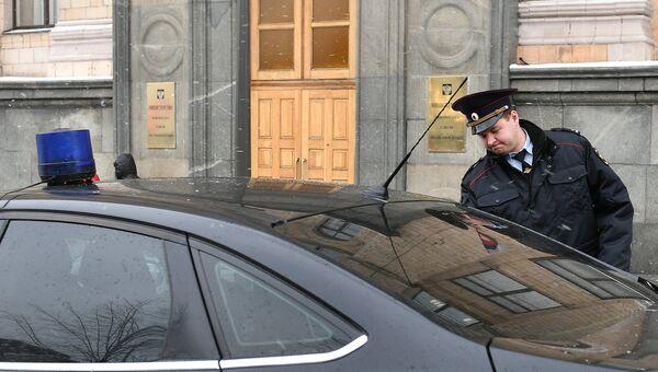 Автомобиль Государственной фельдъегерской службы РФ у здания министерства экономического развития РФ