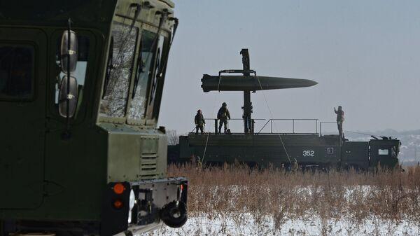 Загрузка ракеты на самоходную пусковую установку ракетного комплекса Искандер-М