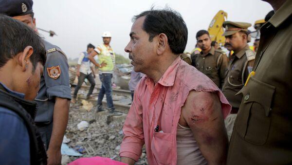 Пострадавший на месте крушения поезда в штате Уттар-Прадеш, Индия.