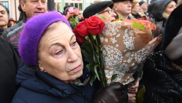 Жители Москвы на открытии памятника балерине Майе Плисецкой на улице Большая Дмитровка
