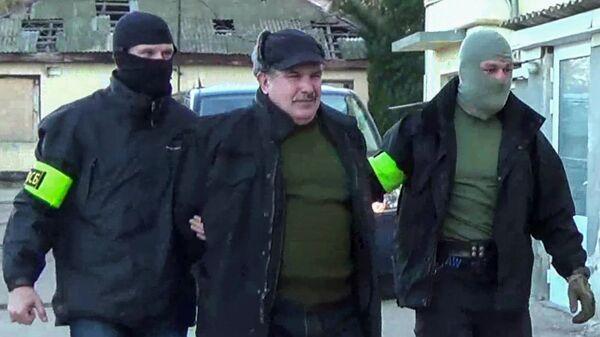Сотрудники Федеральной службой безопасности РФ конвоируют Леонида Пархоменко в Севастополе