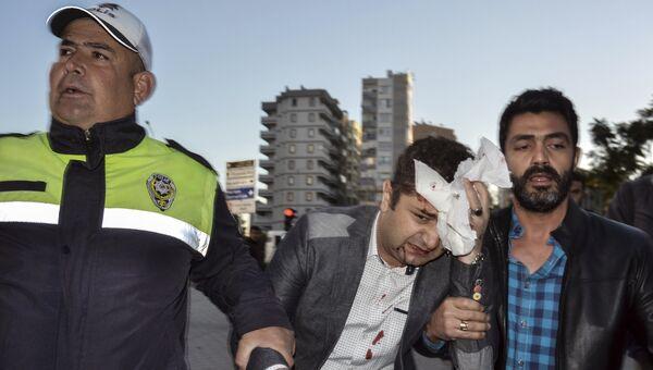 Пострадавший при взрыве у здания канцелярии губернатора в городе Адана, Турция. 24 ноября 2016