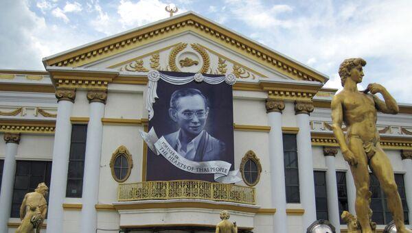 Портрет короля Таиланда Пхумипона Адульядета на здании шоу Тиффани в Паттайе. Архивное фото