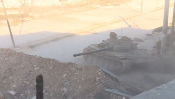 Наступление сирийской армии в Алеппо: огонь из танка и клубы дыма над городом