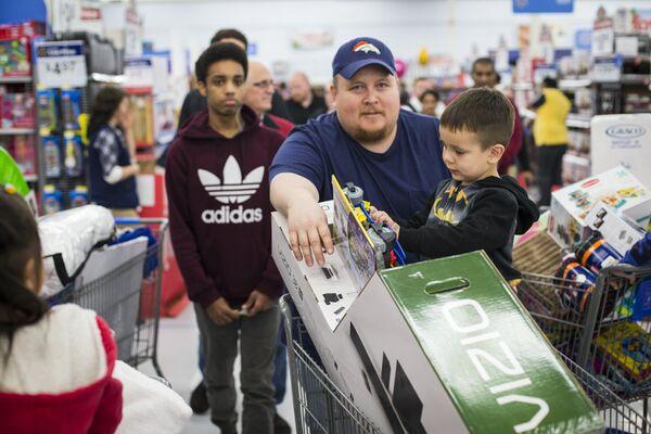 Покупатели в магазине Walmart во время распродажи в Черную пятницу в Бентонвилле, США
