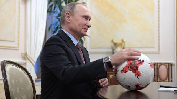 Президент РФ Владимир Путин во время встречи в Кремле с президентом ФИФА Джанни Инфантино. 25 ноября 2016
