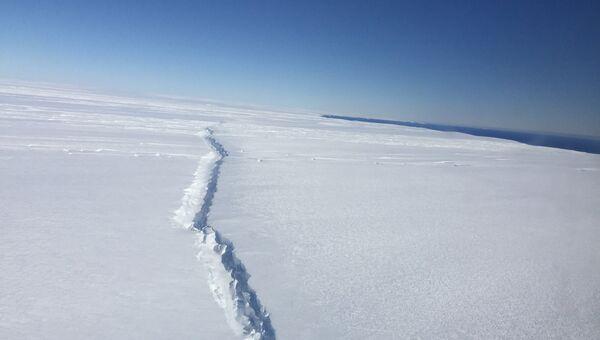 Трещина, возникшая в результате раскола Западного ледового щита Антарктиды у его подножья. Архивное фото