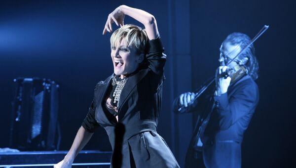 Французская певица Патрисия Каас на сцене Казино де Пари во Франции