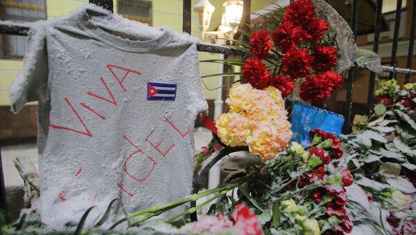 Москвичи несут цветы к посольству Кубы в Москве в память о Фиделе Кастро