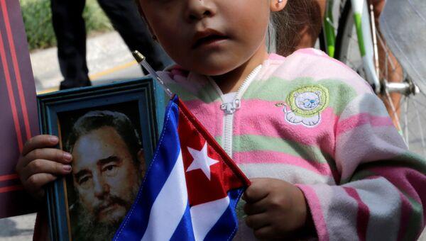 Жители Мехико отдают дань памяти лидеру кубинской революции Фиделю Кастро