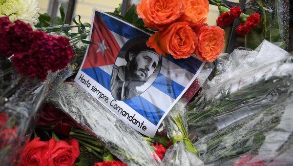 Цветы у посольства Кубы в Москве в память о Фиделе Кастро