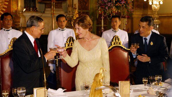 Король Таиланда Пхумипон Адульядет, первая леди США Лора Буш, наследный принц Маха Вачиралонгкорн во время государственного ужина в Большом дворце в Бангкоке, Таиланд