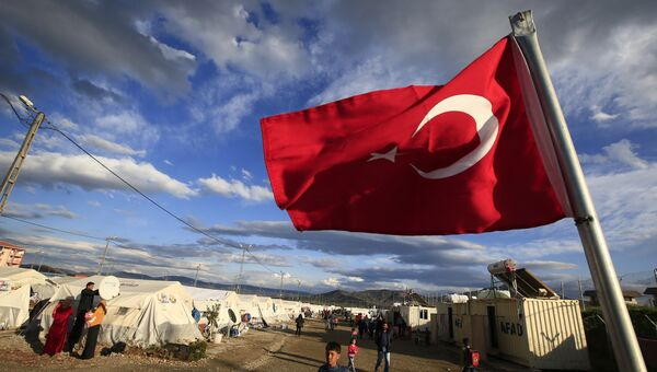 Турецкий флаг в лагере сирийских беженцев на юго-востоке Турции