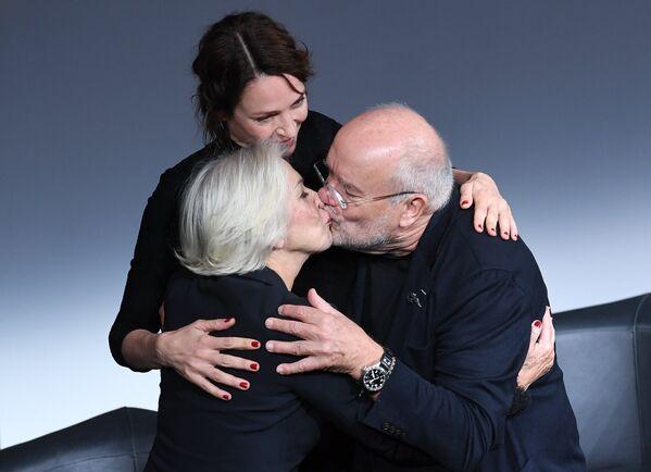 Британская актриса Хелен Миррен, американская актриса Ума Турман и немецкий фэшн-фотограф Петер Линдберг на презентации календаря Pirelli 2017