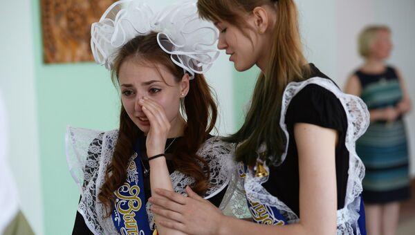 Школьницы на празднике Последний звонок в классической гимназии №17 в Новосибирске
