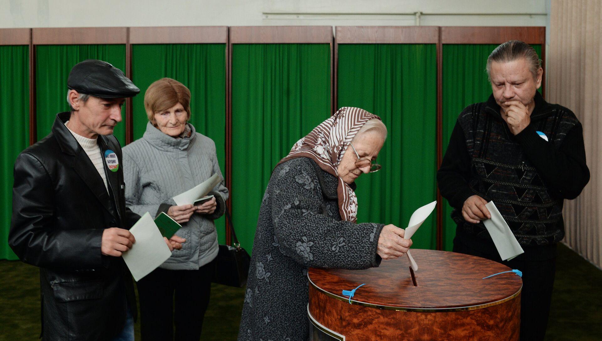 Женщина голосует на избирательном участке в Ташкенте во время выборов президента Узбекистана - РИА Новости, 1920, 04.12.2016