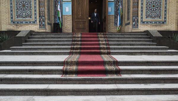 Вход в избирательный участок, на котором проводятся выборы президента Узбекистана