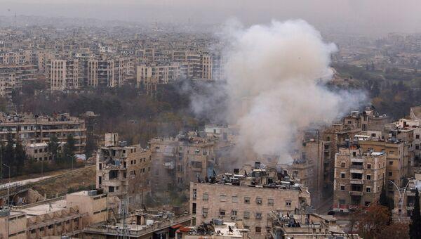 Дым после взрыва в районе, контролируемом сирийской армией в Алеппо
