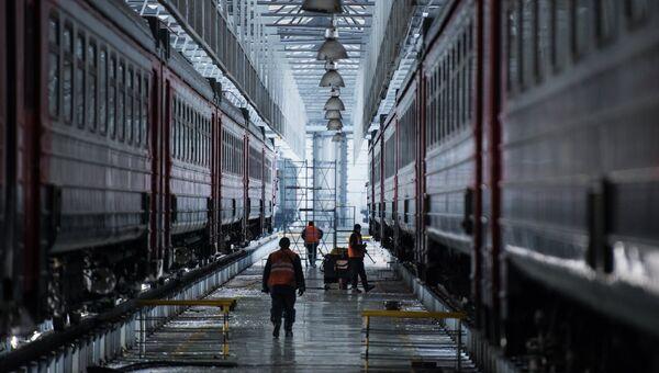 Рабочие в ремонтном депо в Омске. Архивное фото